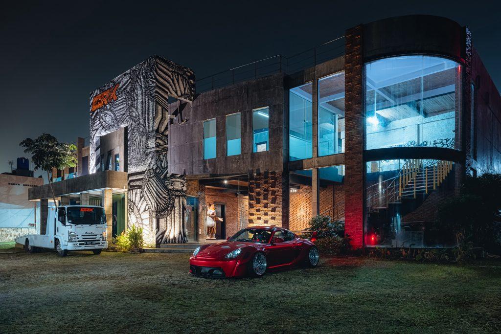 Karma Porsche 987 - outside night shot overall